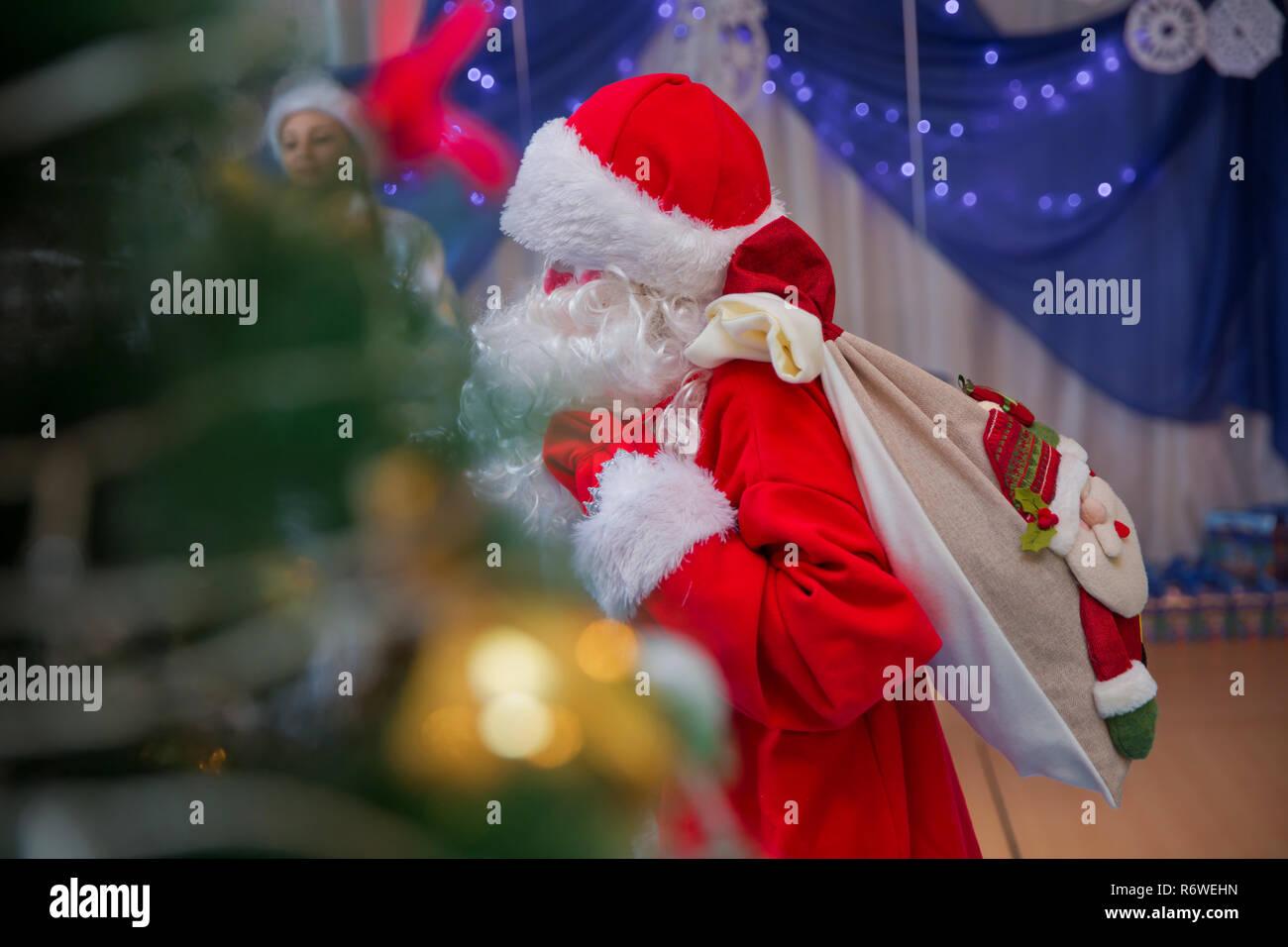 Babbo Natale Canzone.Babbo Natale Sta Cantando Canzoni Di Natale Contro Uomo In Santa