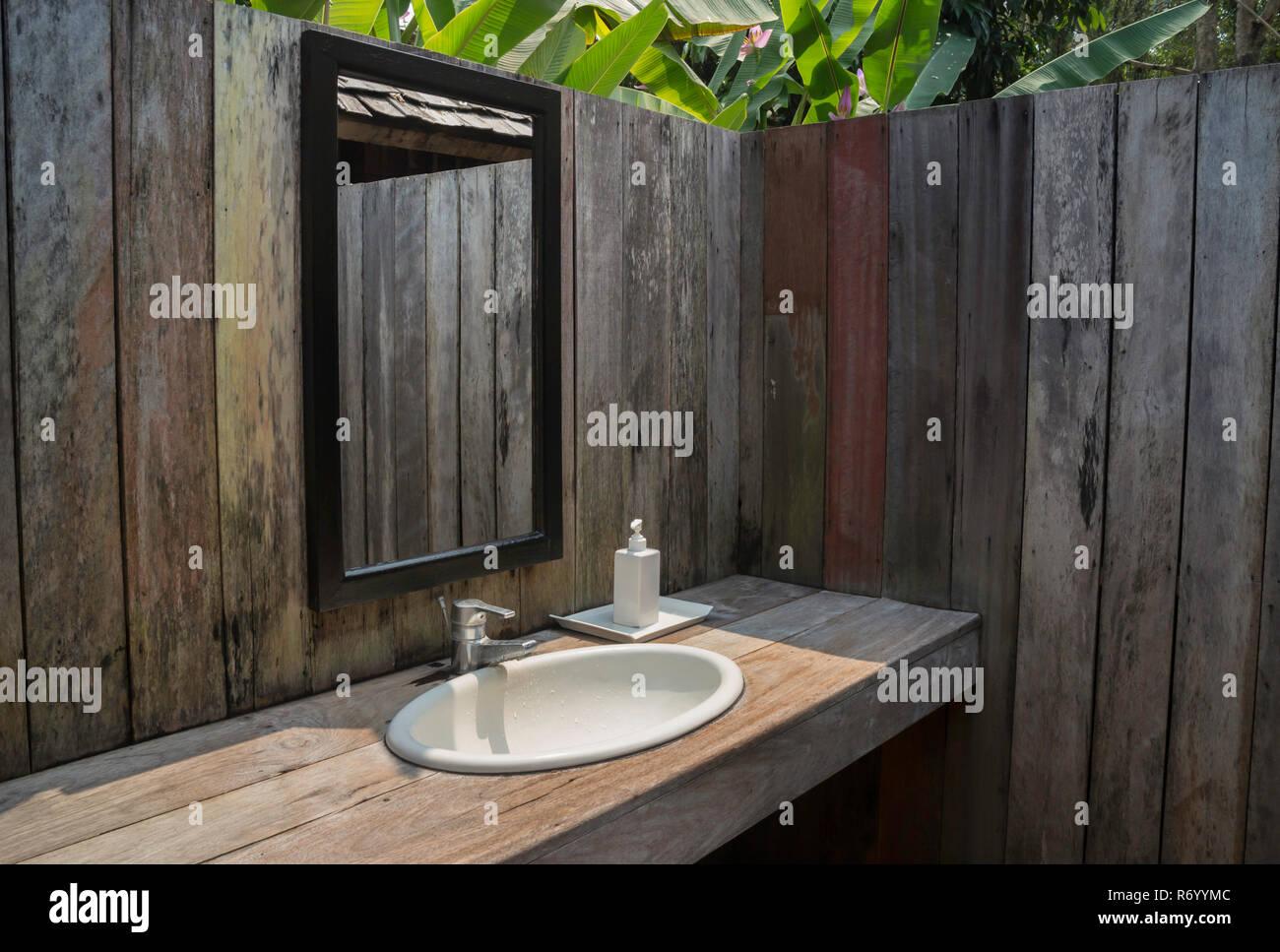 Bagno Esterno In Giardino bagno all'aperto immagini & bagno all'aperto fotos stock - alamy