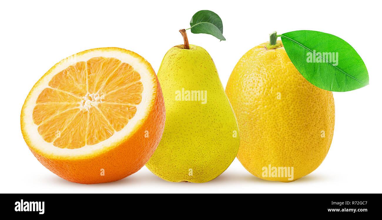 Mandarino tagliati a metà, pera e limone con foglie isolati su sfondo bianco. Percorso di clipping. Massima profondità di campo. Foto Stock