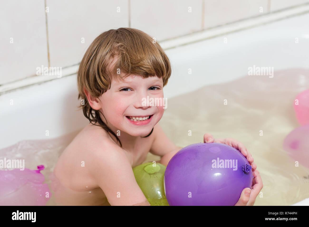 Bagno Con Un Ragazzo : Felice bambino bello ragazzo balneazioni in un bagno con