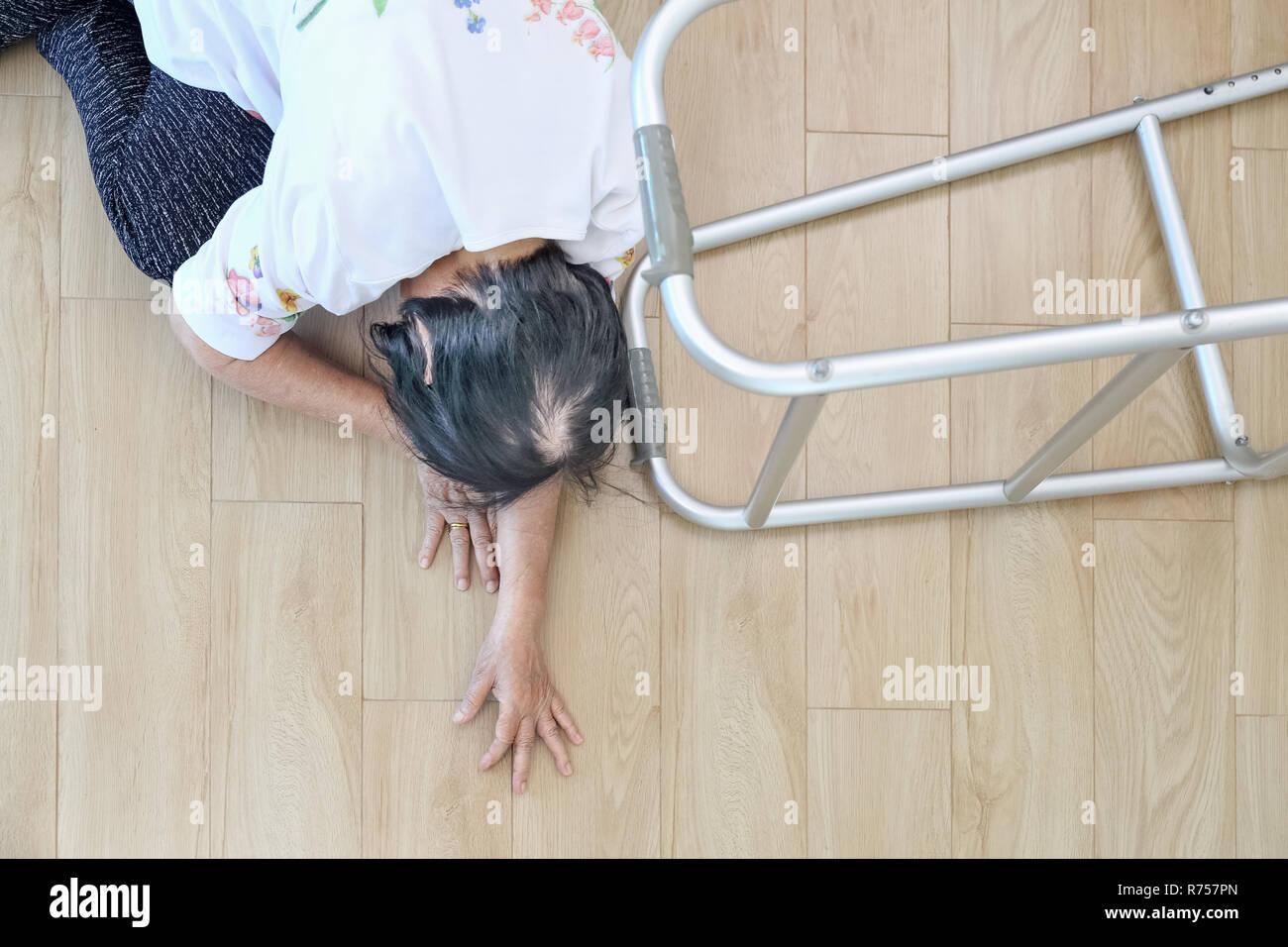Donna anziana caduta in casa ,gli infarti. Foto Stock