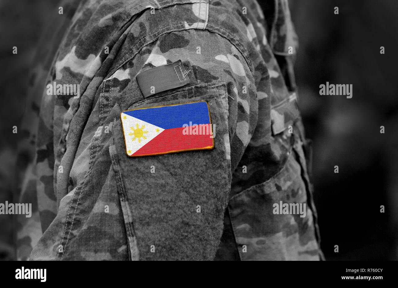 Bandiera delle Filippine sul braccio del soldato. Bandiera delle Filippine in uniformi militari (collage). Immagini Stock