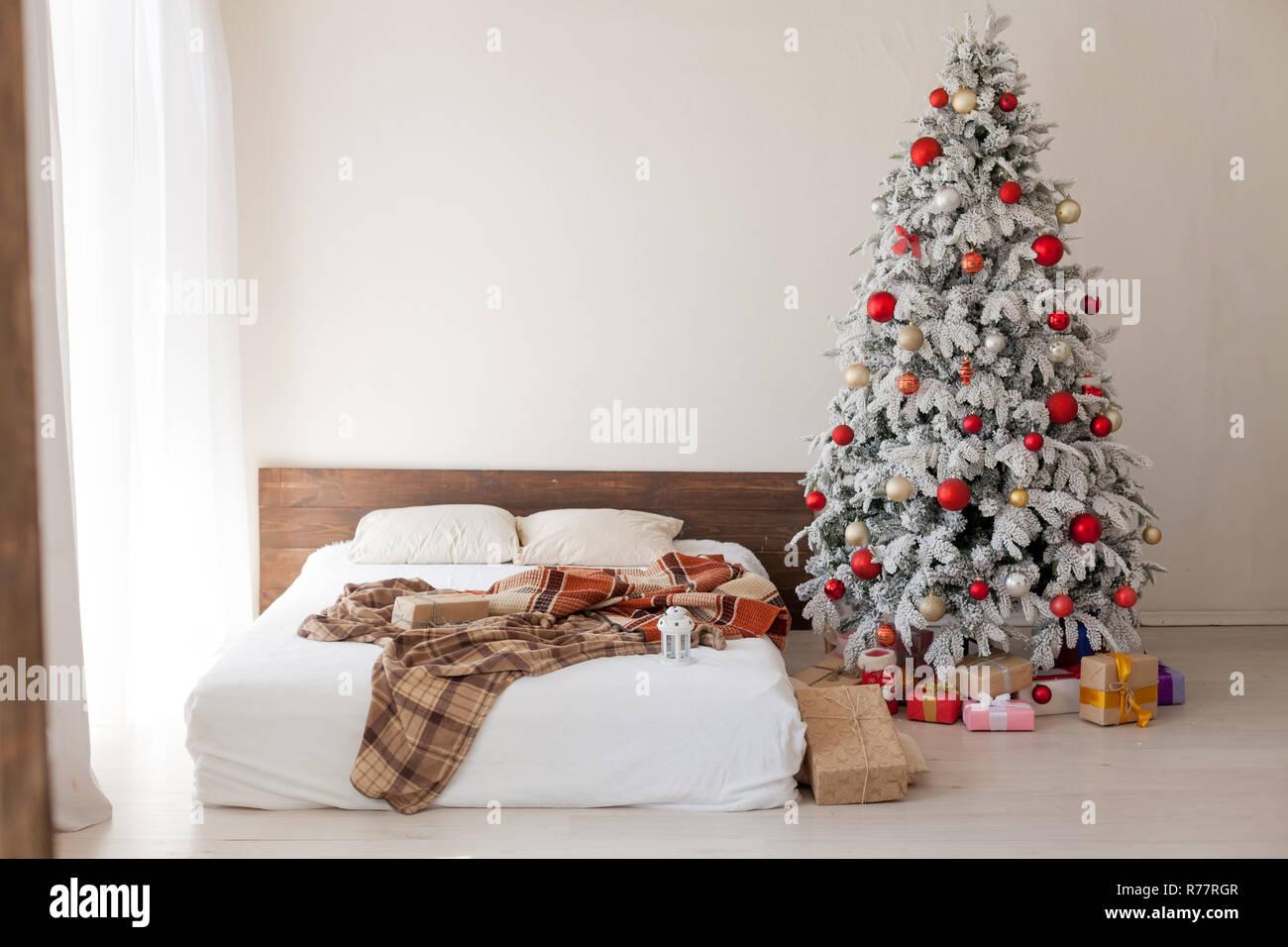 Albero di natale in camera da letto matrimoniale letto regali di ...