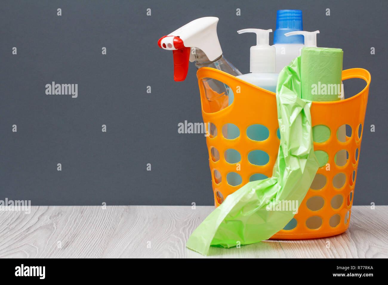 Cesto in plastica con sacchi della spazzatura bottiglie di