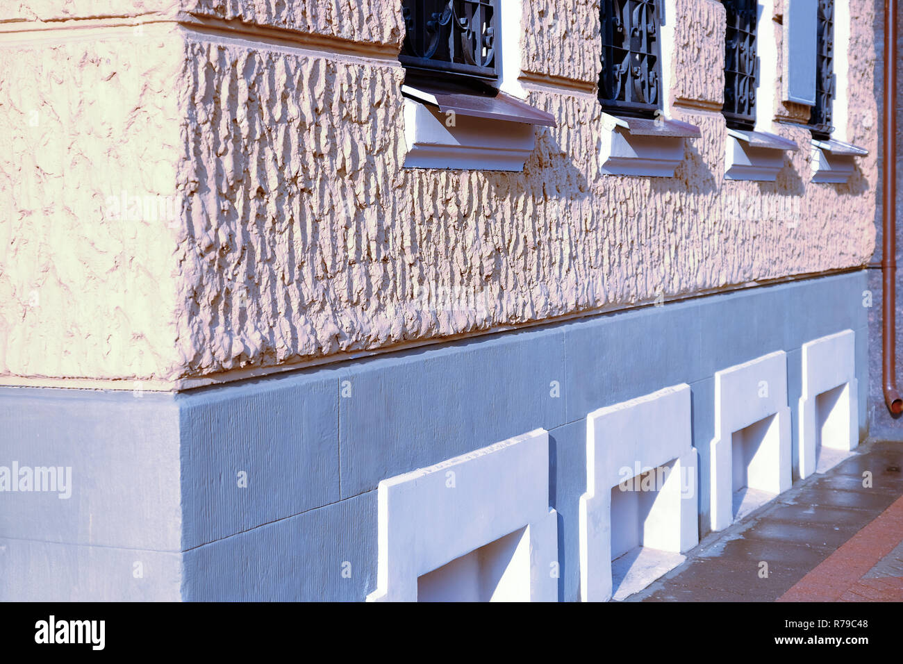 Architettura antica casa con grandi finestre. Vetri della facciata. Immagini Stock