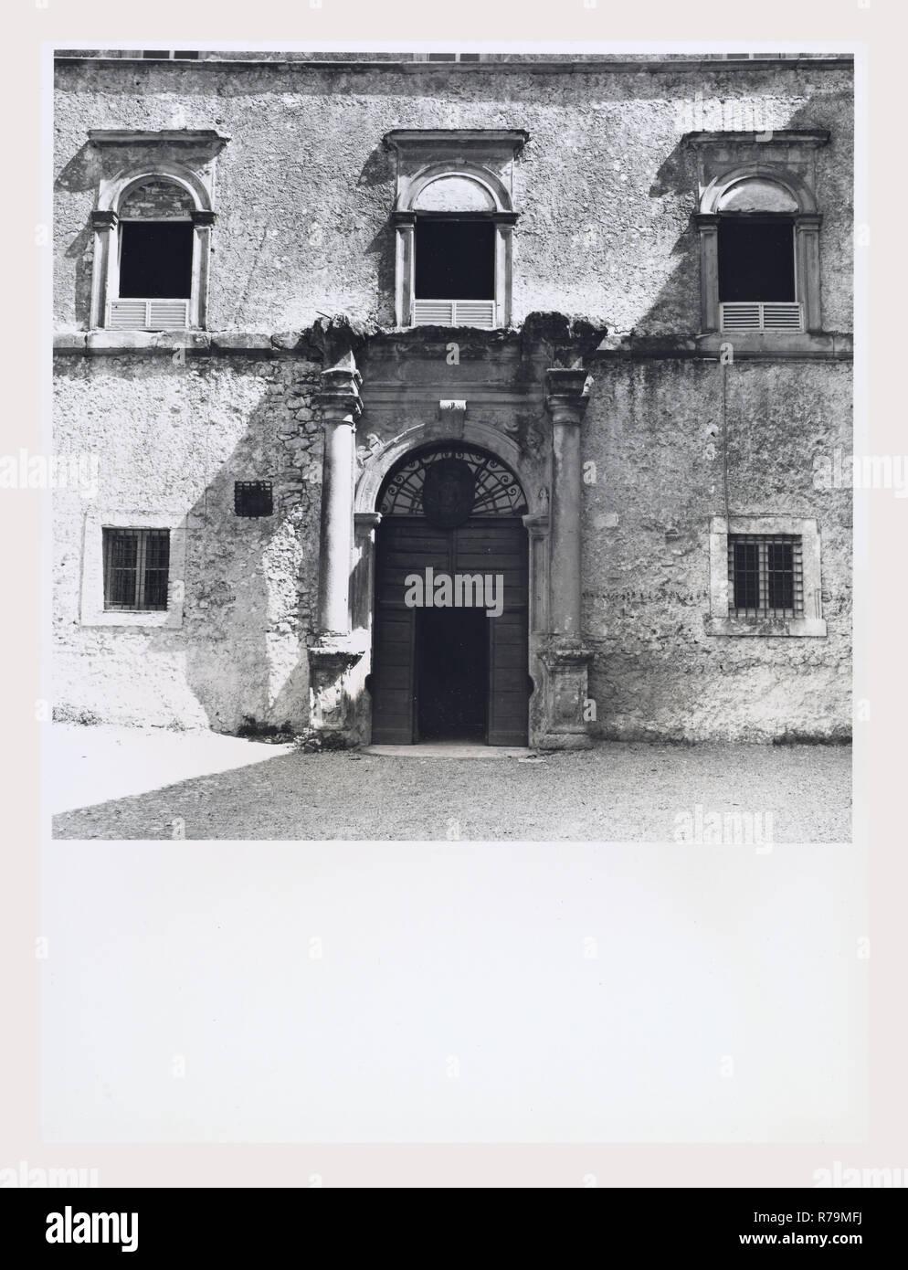 Lazio Frosinone Boville Ernica Castello Filonardi, questa è la mia Italia, il paese italiano di storia visiva, vista esterna del castello che appartenne alla famiglia Farnese e ora è un monastero. La copertura sottolinea l'elegante portale rinascimentale. Immagini Stock