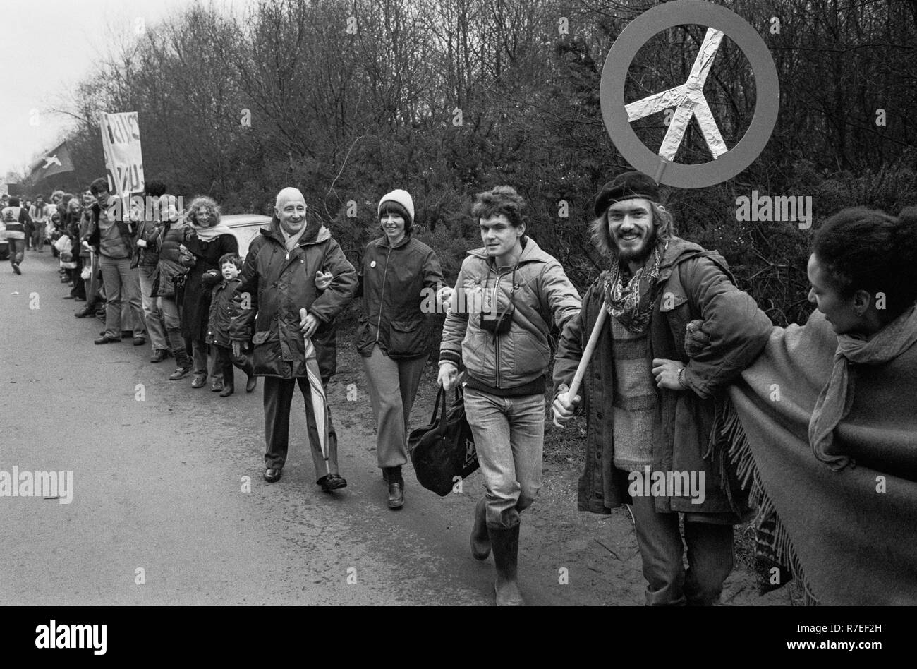 Anti-nucleare e CND sostenitori formano una catena umana al di fuori di Greenham Common US Air Force Base, Berkshire, Venerdì Santo 1983. Immagini Stock