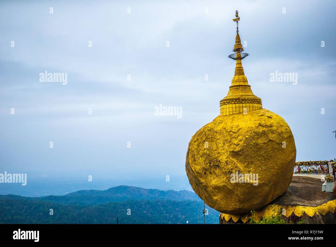 88f2fd7fe4ee Burma Golden Rock In Immagini   Burma Golden Rock In Fotos Stock - Alamy
