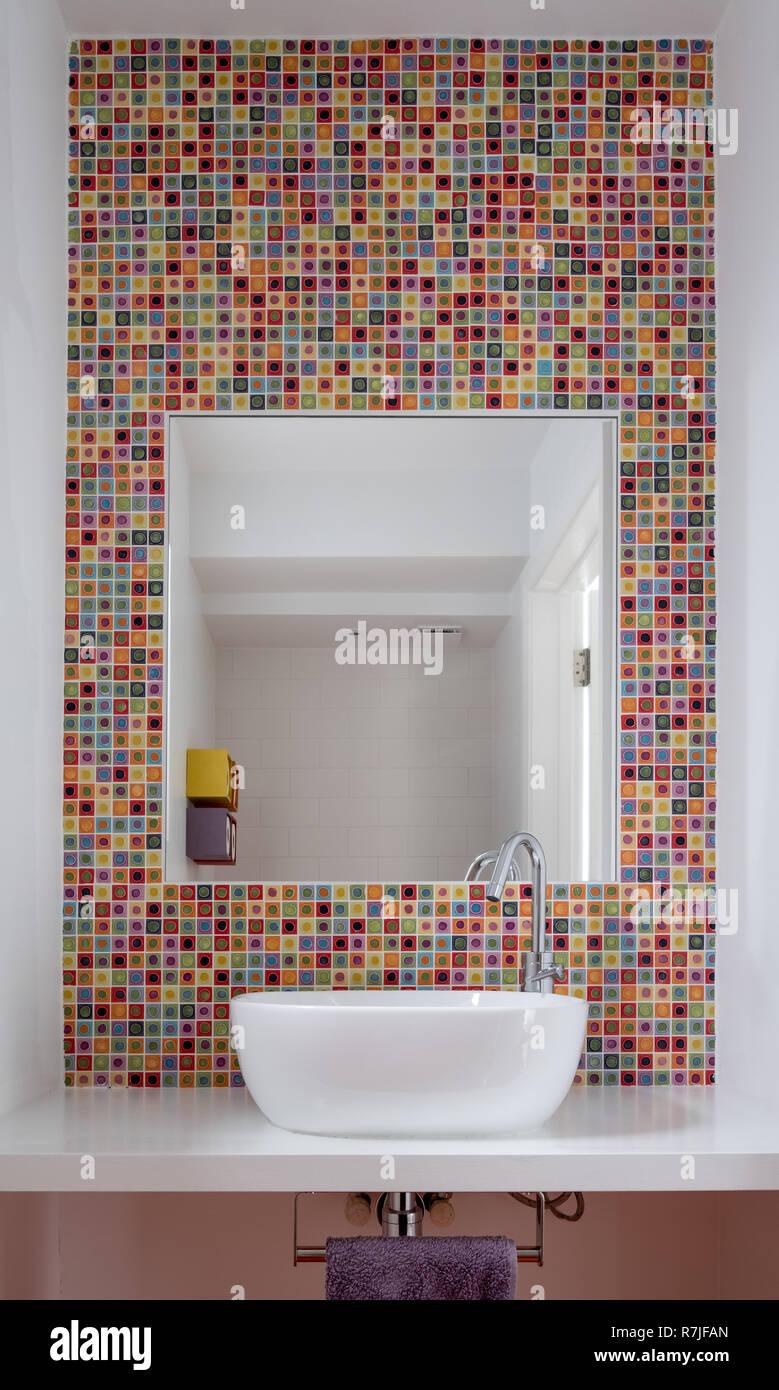 Bagno Moderno Con Lavabo In Vetro Colorato Di Piastrelle A Mosaico