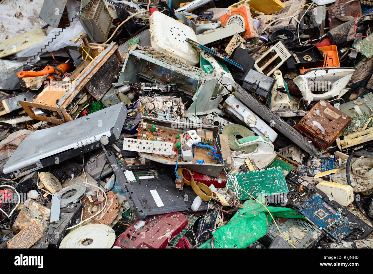 Moderno impianto di smistamento dei rifiuti e il riciclaggio. Rifiuti elettronici è ordinato e preparati per un ulteriore trattamento di riutilizzo. Concetto di ambiente di conservazione Immagini Stock
