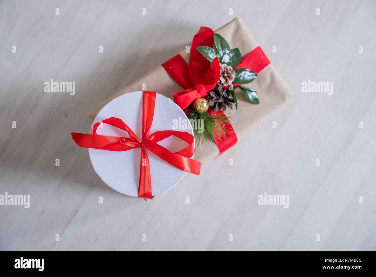 Regali Di Natale In Legno.I Regali Di Natale E Ornamenti In Legno Sfondo Avvolto Regali Di