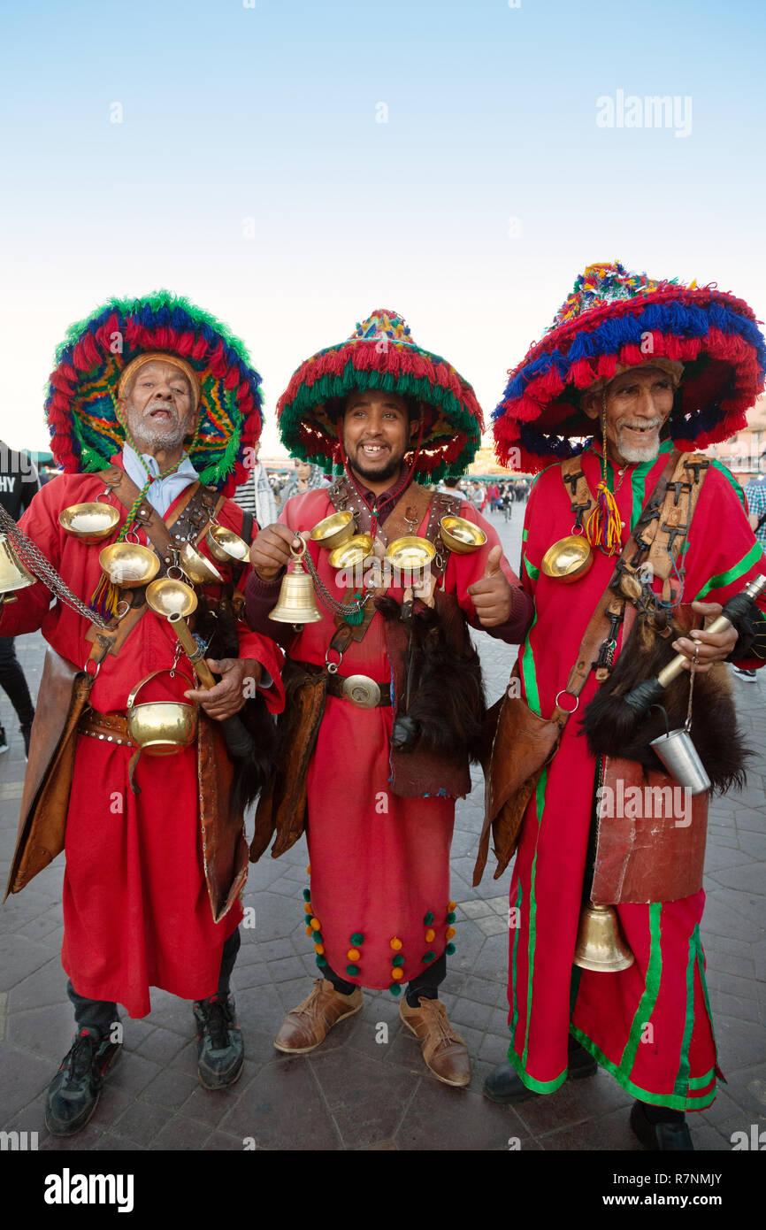 Marrakech marocco - tre venditori di acqua o portatori di acqua in costume tradizionale, Djemaa el Fna, Marrakech Marocco Africa del Nord Immagini Stock