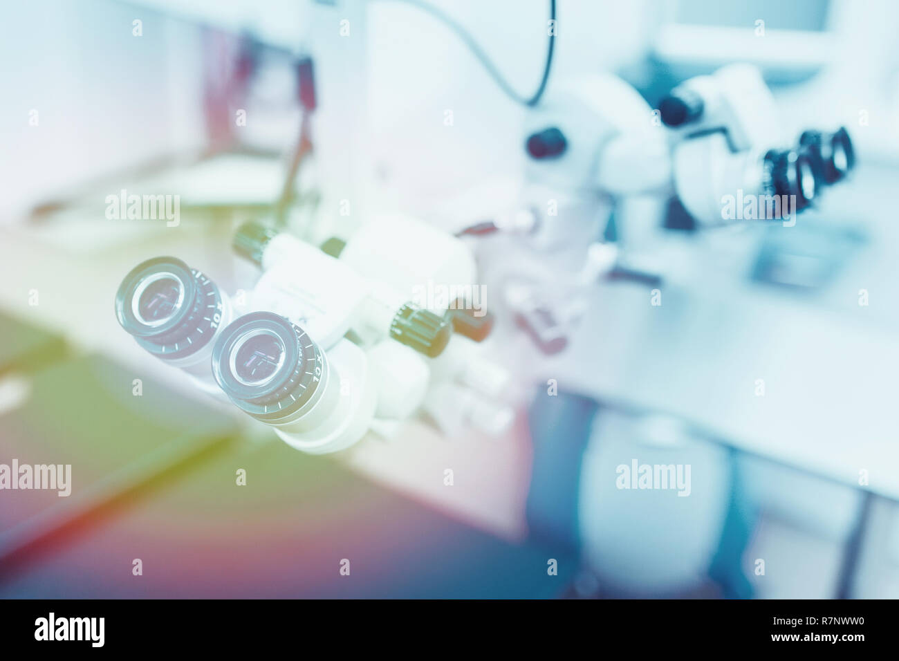 Chiudere la foto di un microscopio operativo in un laboratorio. Oculista. medical, salute, oftalmologia concept Immagini Stock