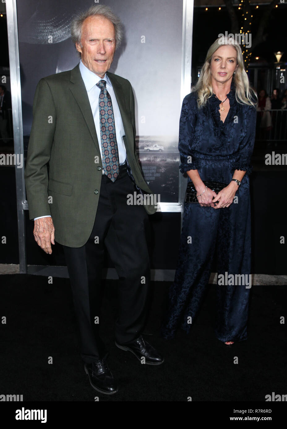 "WESTWOOD, Los Angeles, CA, Stati Uniti d'America - 10 dicembre: Direttore/attore Clint Eastwood e fidanzata Christina Sandera arrivare presso il Los Angeles Premiere della Warner Bros Foto 'Il mulo"" tenutasi presso il Regency Village Theatre sul dicembre 10, 2018 a Westwood, Los Angeles, California, Stati Uniti. (Foto di Image Press Agency) Foto Stock"