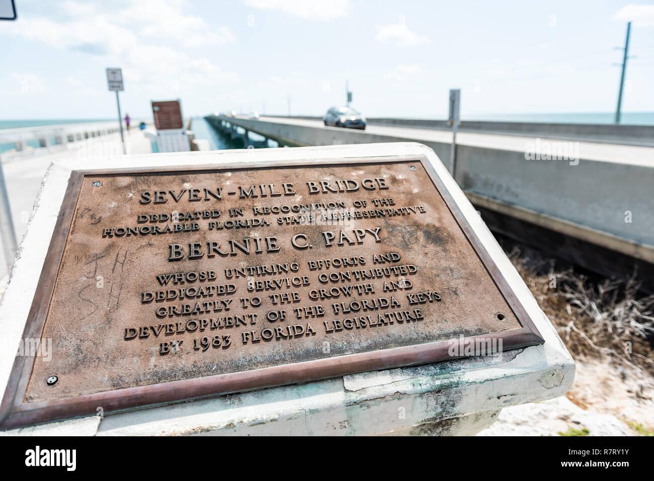 Maratona, Stati Uniti d'America - 1 Maggio 2018: Florida Keys, Overseas Highway Road, Seven Mile bridge in Oceano Atlantico, Golfo del Messico, auto, segno closeup Immagini Stock