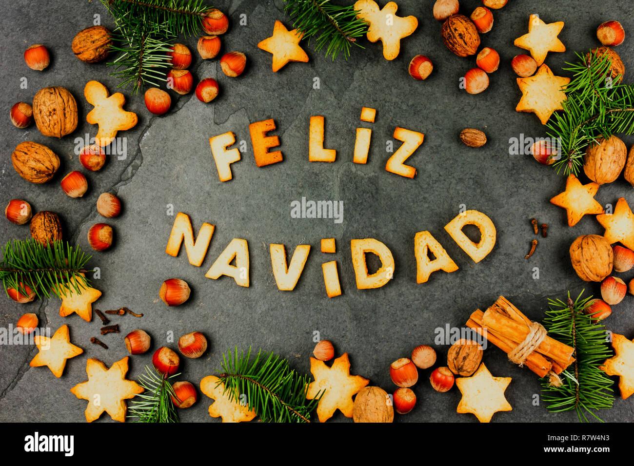 Buon Natale In Spagnolo.Feliz Navidad I Cookie Parole Buon Natale En Spagnolo Con Biscotti Decorazione Di Natale E I Dadi Sul Nero Ardesia Sfondo Scheda Di Natale Per I Paesi Di Origine Ispanica Vista Superiore