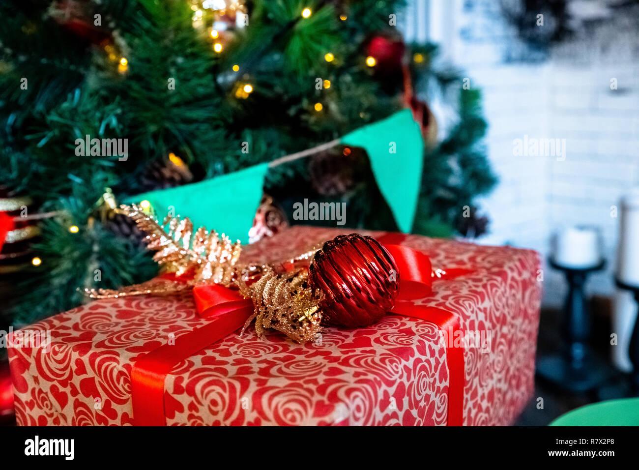 Decorazioni Natalizie Per La Camera bellissimo regalo di natale scatole sul pavimento vicino a