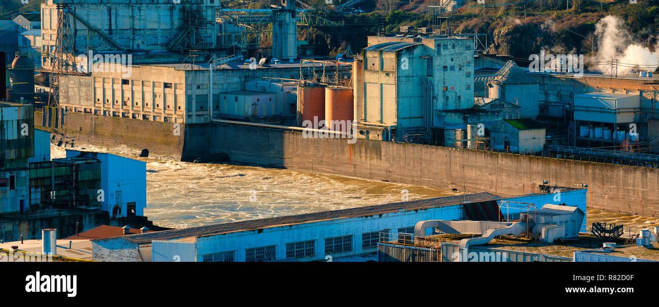 Willamette fiume scorre tra due vecchi ruderi in Oregon City. Uno è un vecchio impianto propulsivo gli altri una vecchia cartiera. Immagini Stock