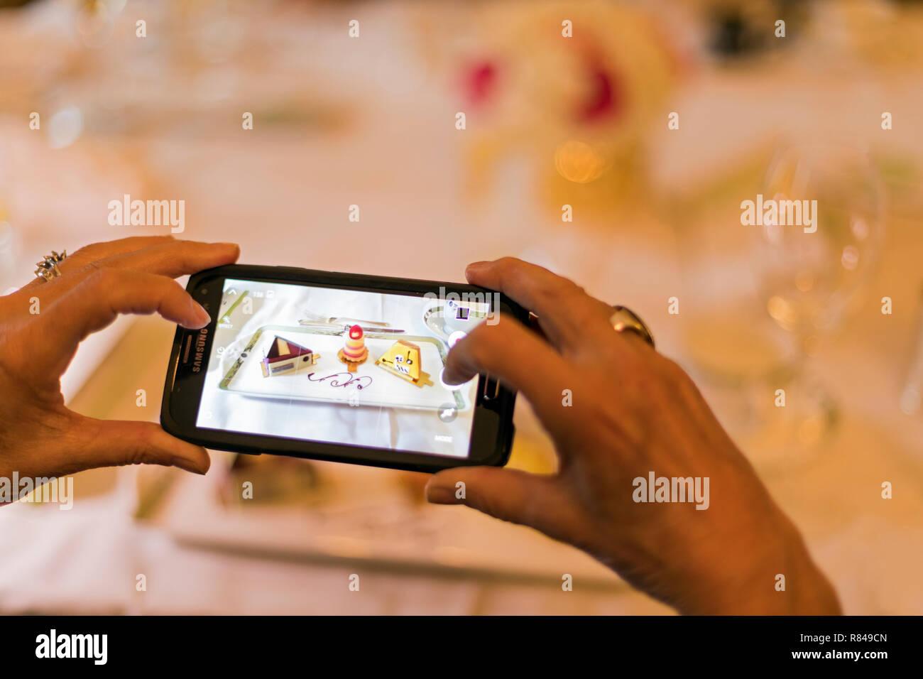 Fotografia di cibo, telefono cellulare immagine di dessert Immagini Stock
