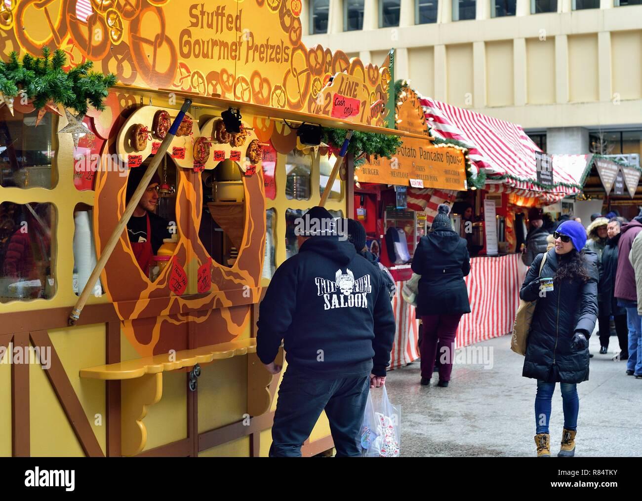 Chicago, Illinois, Stati Uniti d'America. Un gourmet pretzel kiosk presso il Christkindlmarket nel centro cittadino di Chicago. Immagini Stock