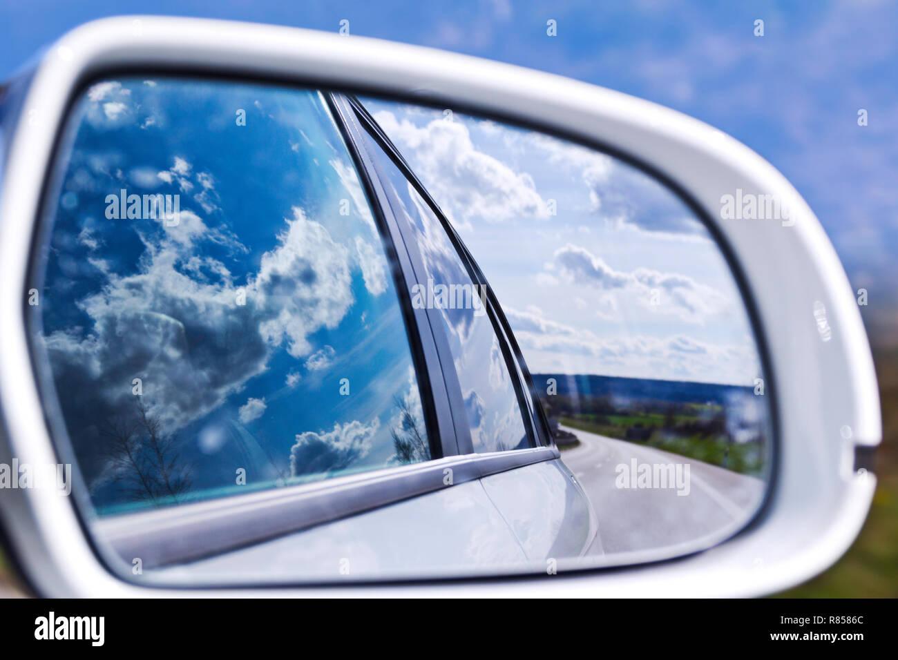 Nuvole nello specchietto retrovisore Immagini Stock
