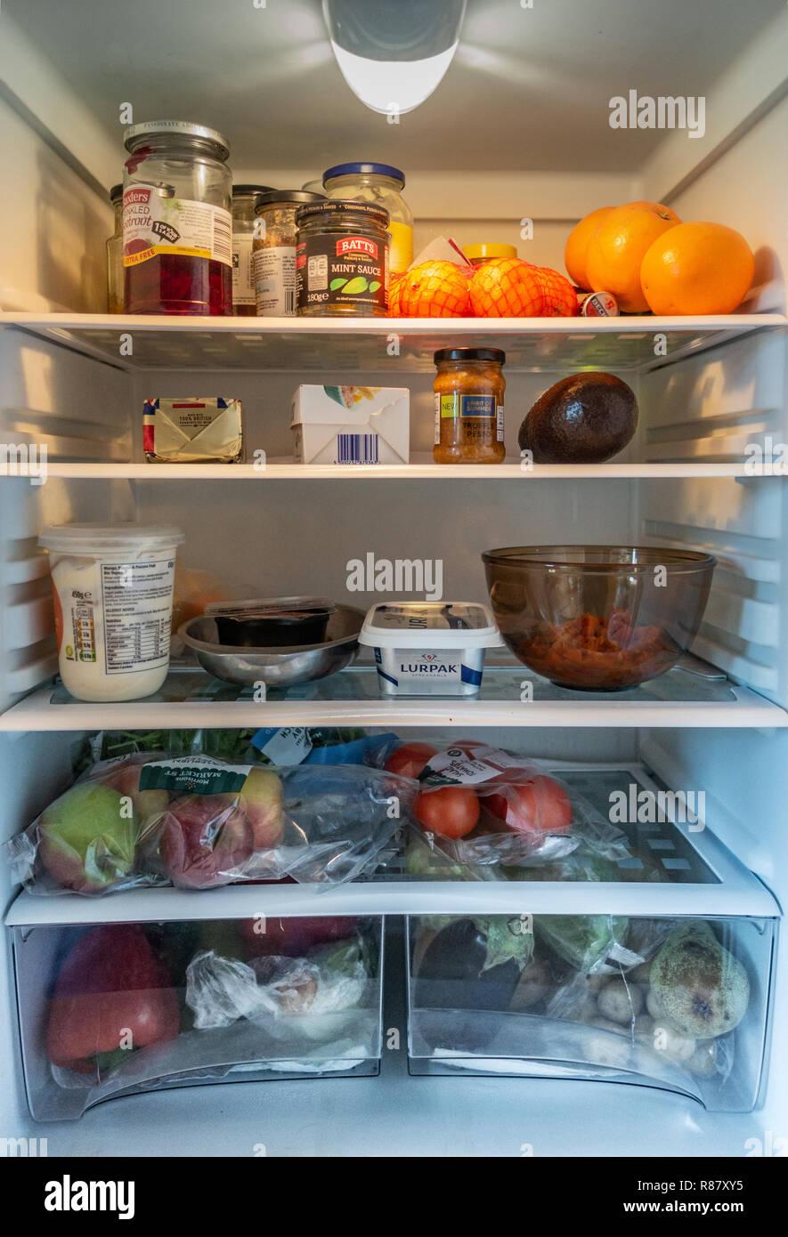 Vista interna di un frigorifero e di contenuto di proprietà di un anno 90 old Lady in Inghilterra Immagini Stock