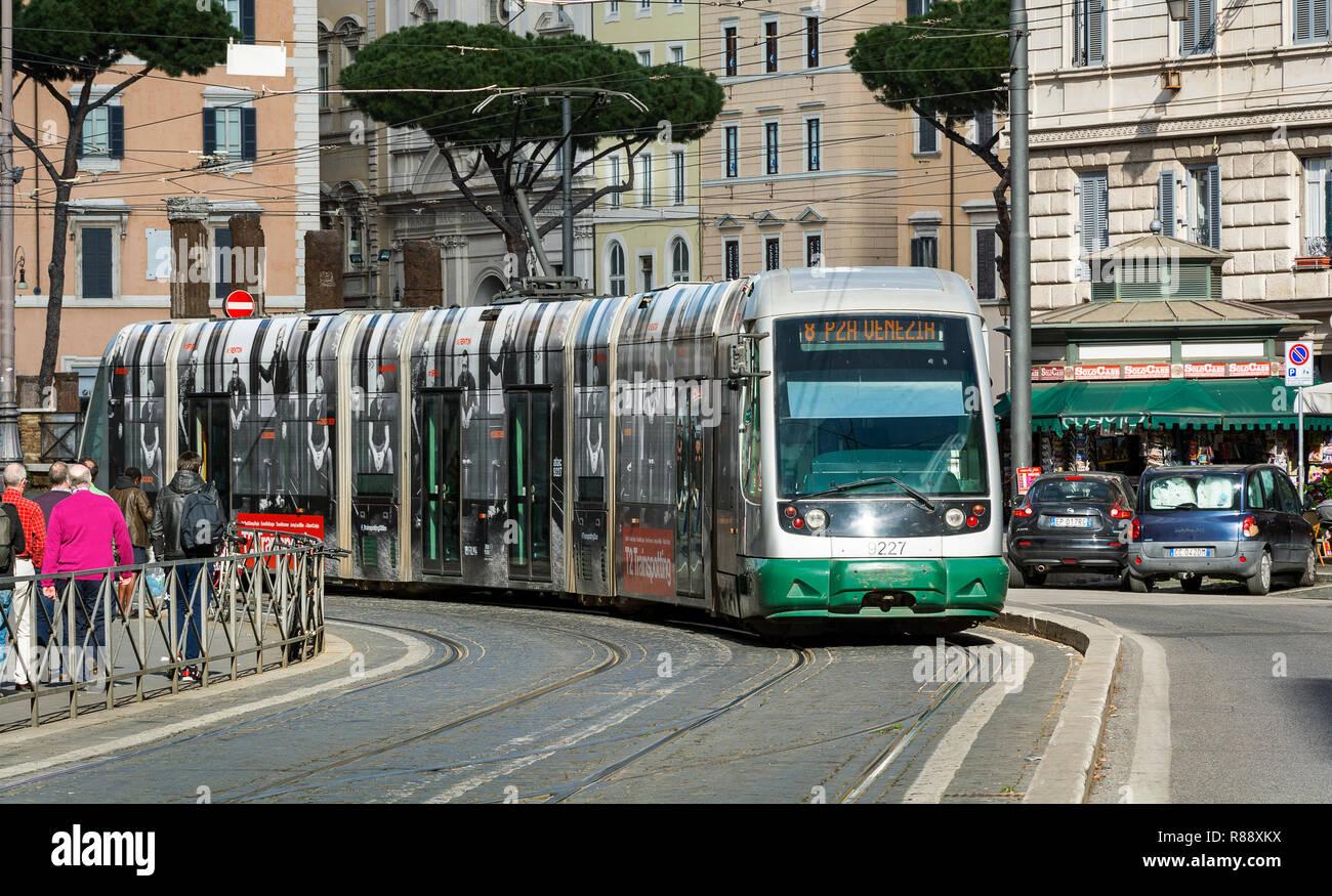 Roma, Italia, Febbraio 2017: Linea Tram 8 muovendosi in Largo Argentina in Italia a Roma. La linea 8 è stato inaugurato nel 1998 e collega Piazza Venezia al Casalet Immagini Stock