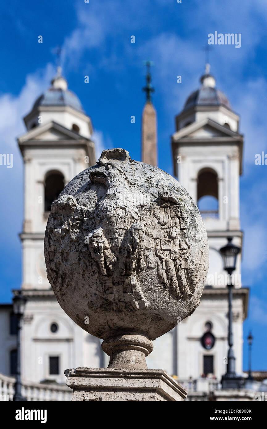Chiesa di Trinità dei Monti si trova in cima alla Scalinata di piazza di Spagna, Roma, Italia. Immagini Stock