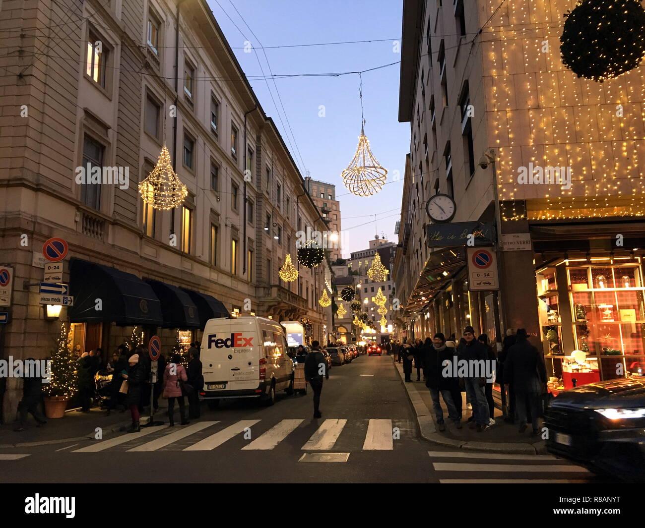 Milano Decorazioni Natalizie.Milano Luci E Decorazioni Natalizie Per Le Strade Del
