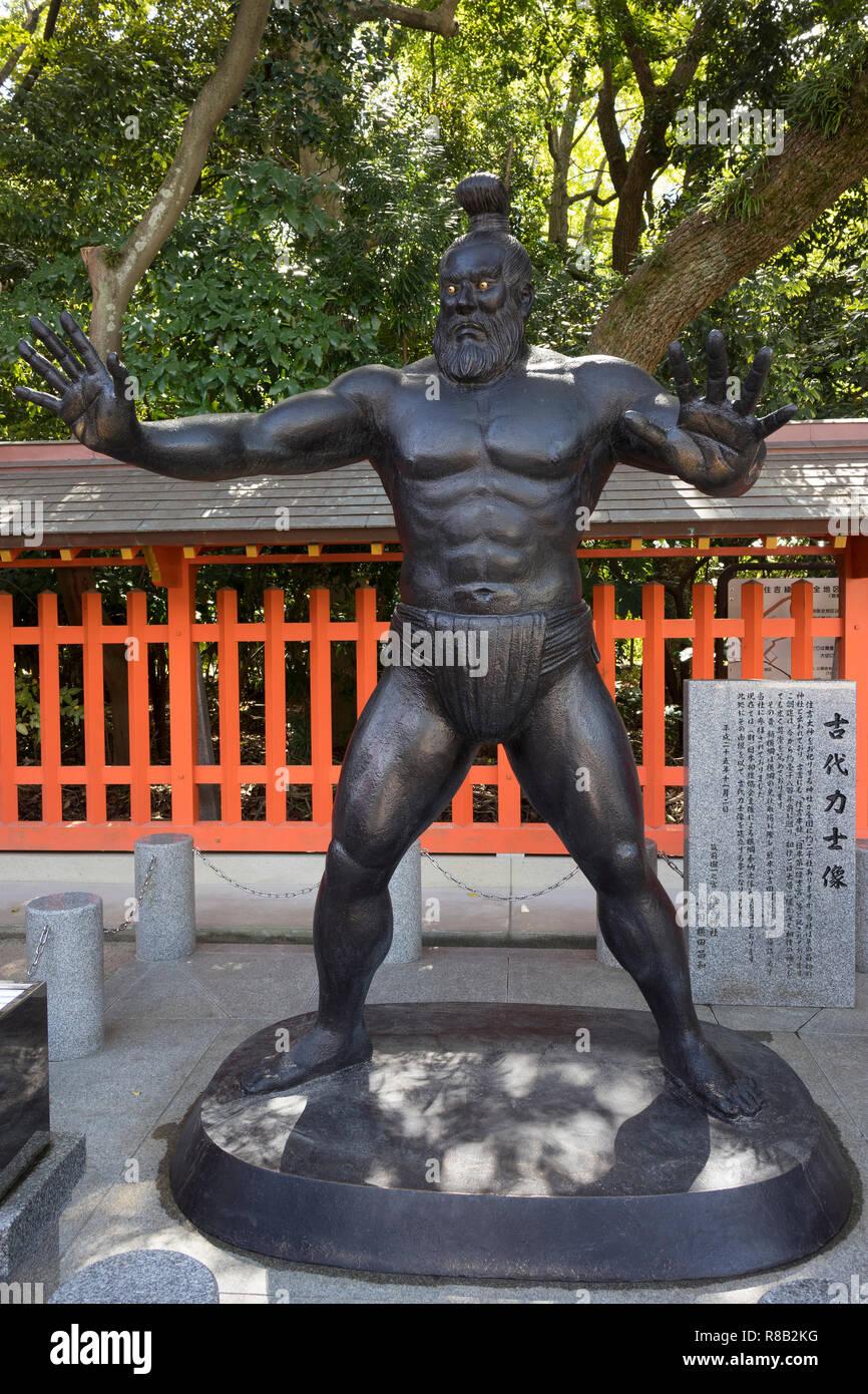 Fukuoka, Giappone - 20 Ottobre 2018: Statua di un lottatore di sumo di tempi antichi presso il santuario Sumiyoshi motivi Immagini Stock