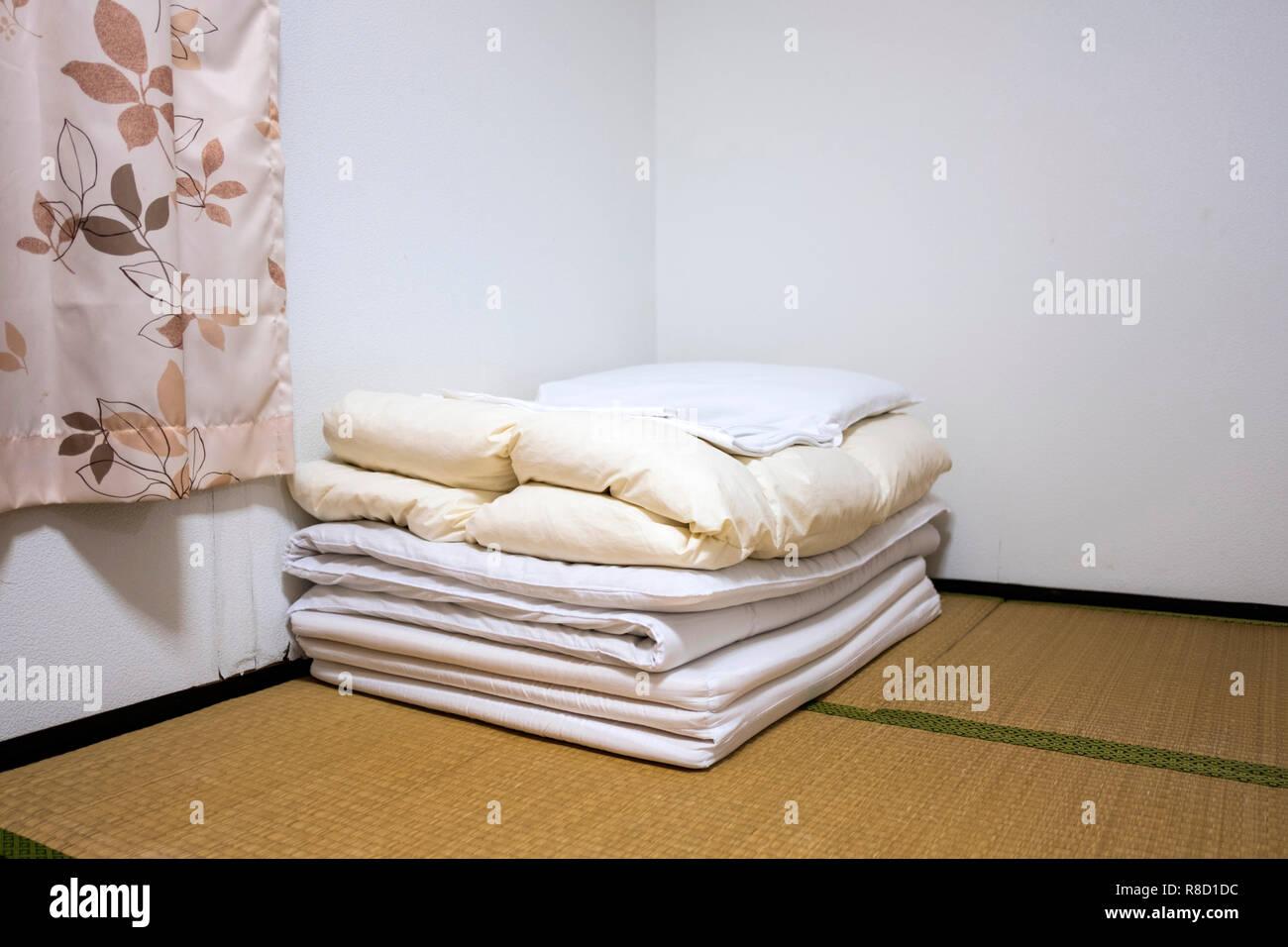 Tradizionale camera da letto Giapponese con tatami e futon Foto ...