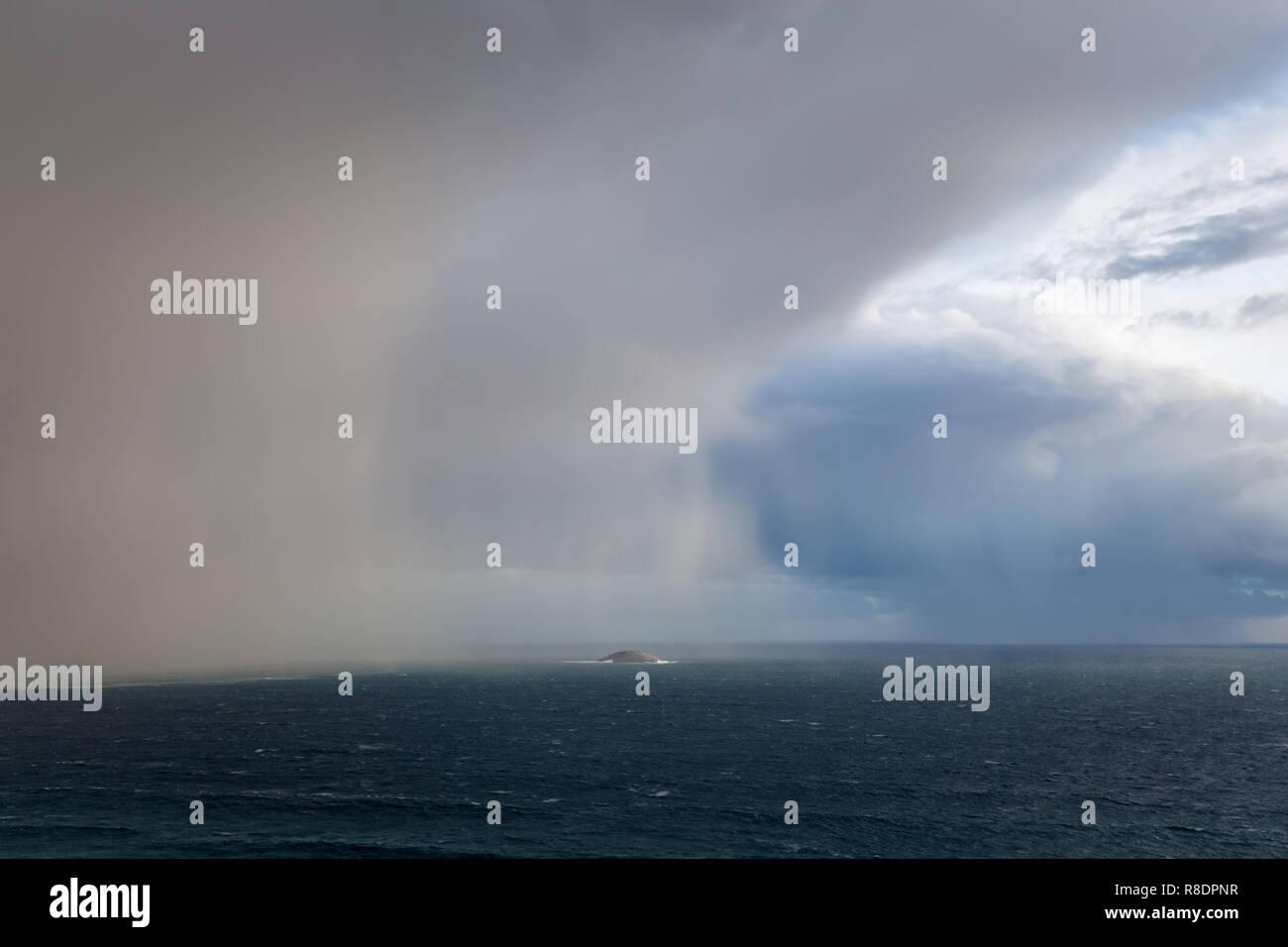 Nuvole temporalesche oltre oceano meridionale Immagini Stock