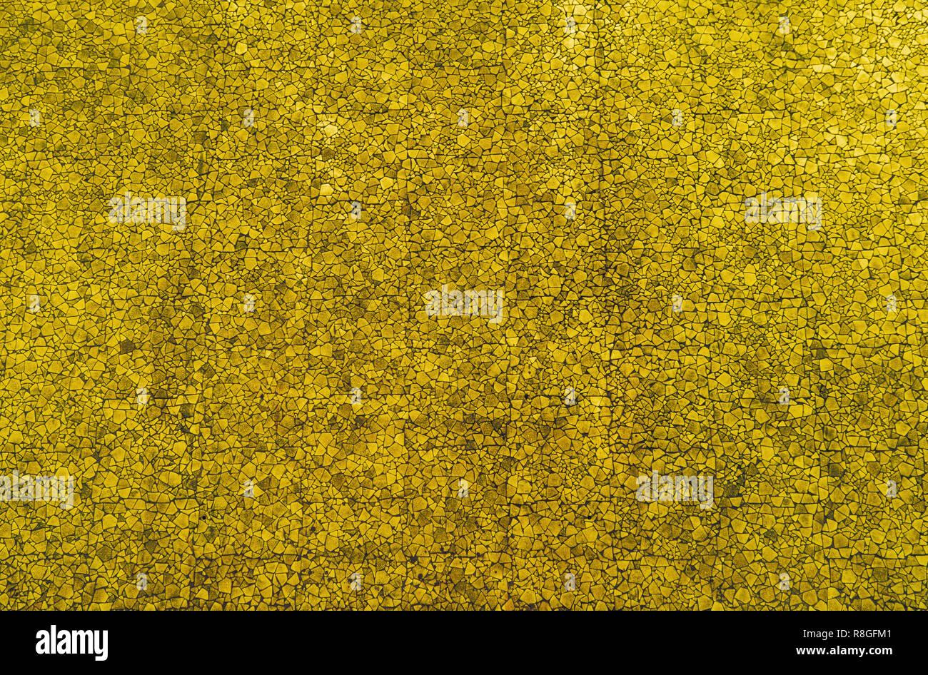 Primo piano di una Golden mosaici colorati muro di pietra utilizzabile come sfondo decorativo, di superficie o di consistenza. Immagini Stock
