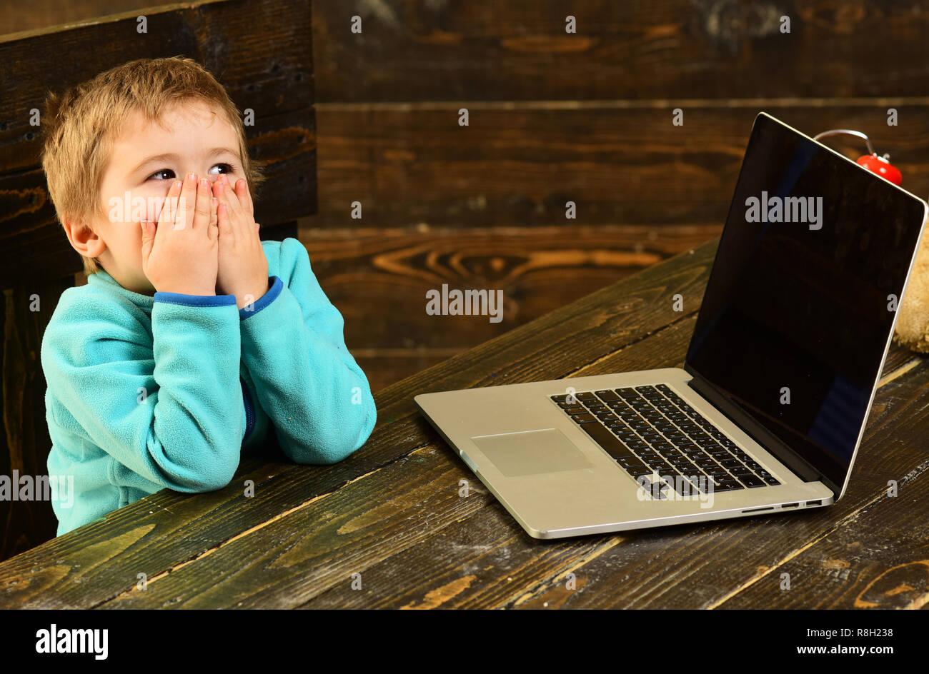 Educazione on line. Online istruzione nella scuola elementare. Little Boy utilizzare laptop in educazione on line. Corsi di formazione online per il bambino. Accelerare in futuro Immagini Stock