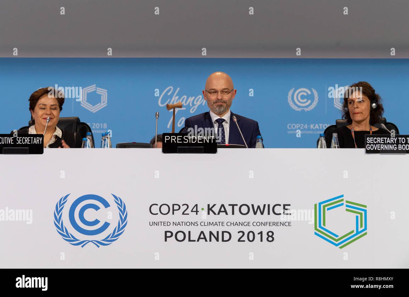Katowice in Polonia. 15 Dic, 2018. Michal Kurtyka (M), Presidente della Conferenza delle Nazioni Unite sui Cambiamenti Climatici COP24, sigilla il compromesso del plenum con un colpo di martello. L'accordo ha lo scopo di limitare il riscaldamento globale ben al di sotto di due gradi. Credito: Monika Skolimowska/dpa-Zentralbild/dpa/Alamy Live News Immagini Stock