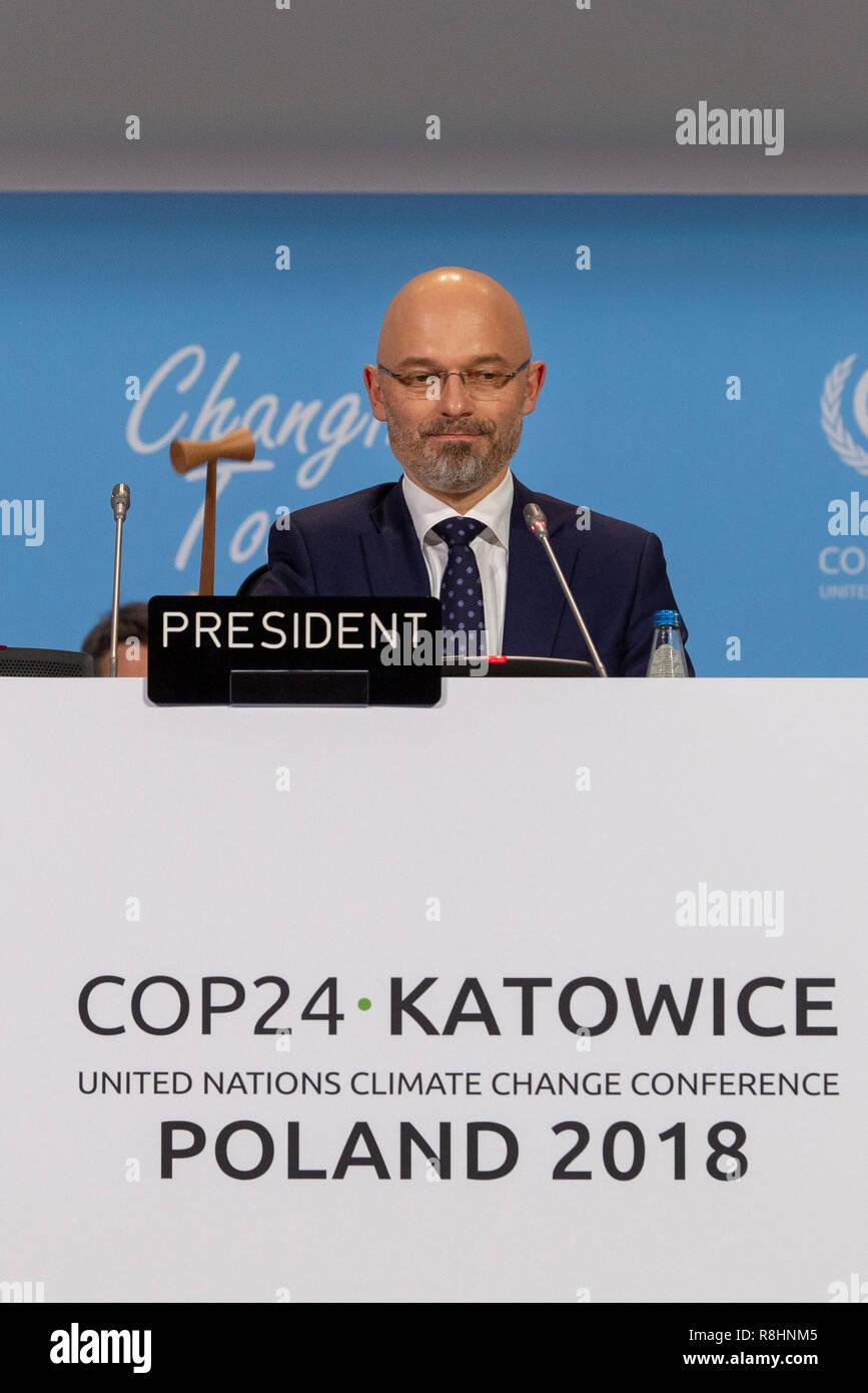 Katowice in Polonia. 15 Dic, 2018. RECROP - Michal Kurtyka, Presidente della Conferenza delle Nazioni Unite sui Cambiamenti Climatici COP24, sigilla il compromesso del plenum con un colpo di martello. L'accordo ha lo scopo di limitare il riscaldamento globale ben al di sotto di due gradi. Credito: Monika Skolimowska/dpa-Zentralbild/dpa/Alamy Live News Immagini Stock