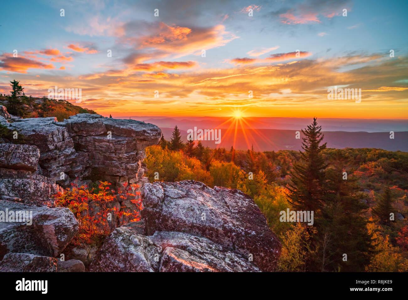 Il sole sorge su un crinale negli altopiani del West Virginia. Foto Stock