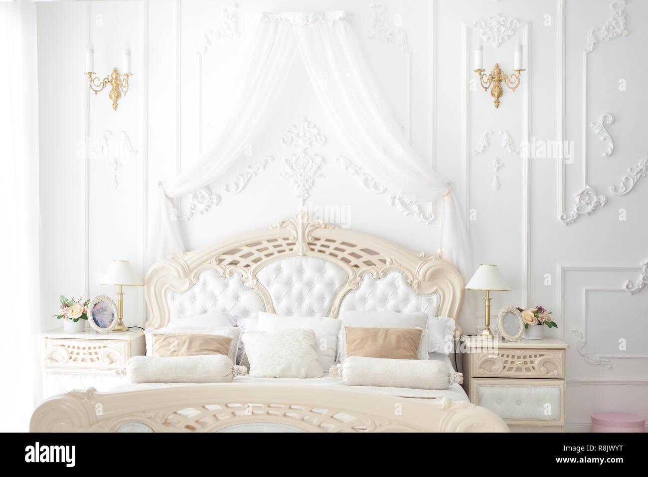 Bellissimo letto matrimoniale in camera da letto in stile rococò ...