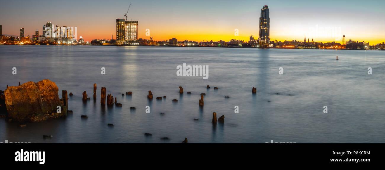Una lunga esposizione Foto del East River all'alba con Lond isola città in background Immagini Stock
