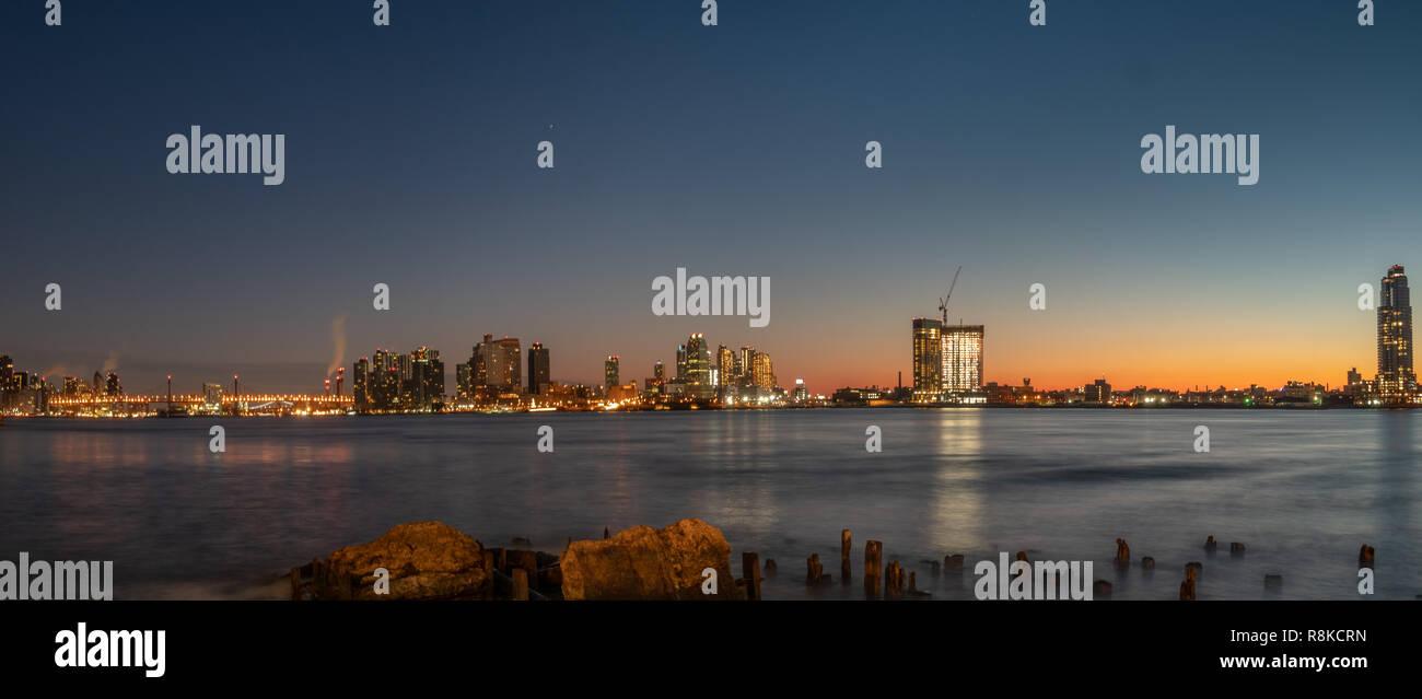 Vista del ponte Queensborough all'alba dal litorale di Manhattan Immagini Stock
