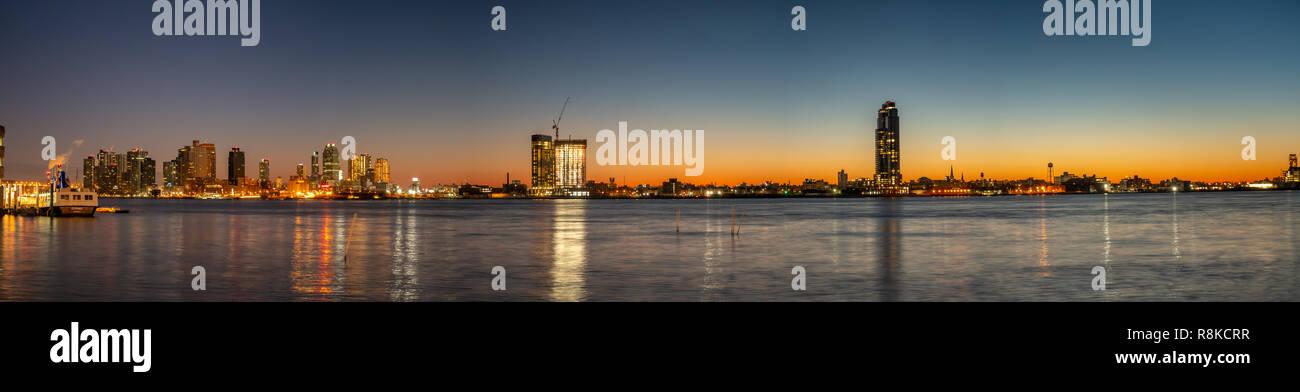 Vista panoramica di Long Island Skyline dal lato di Manhattan Immagini Stock