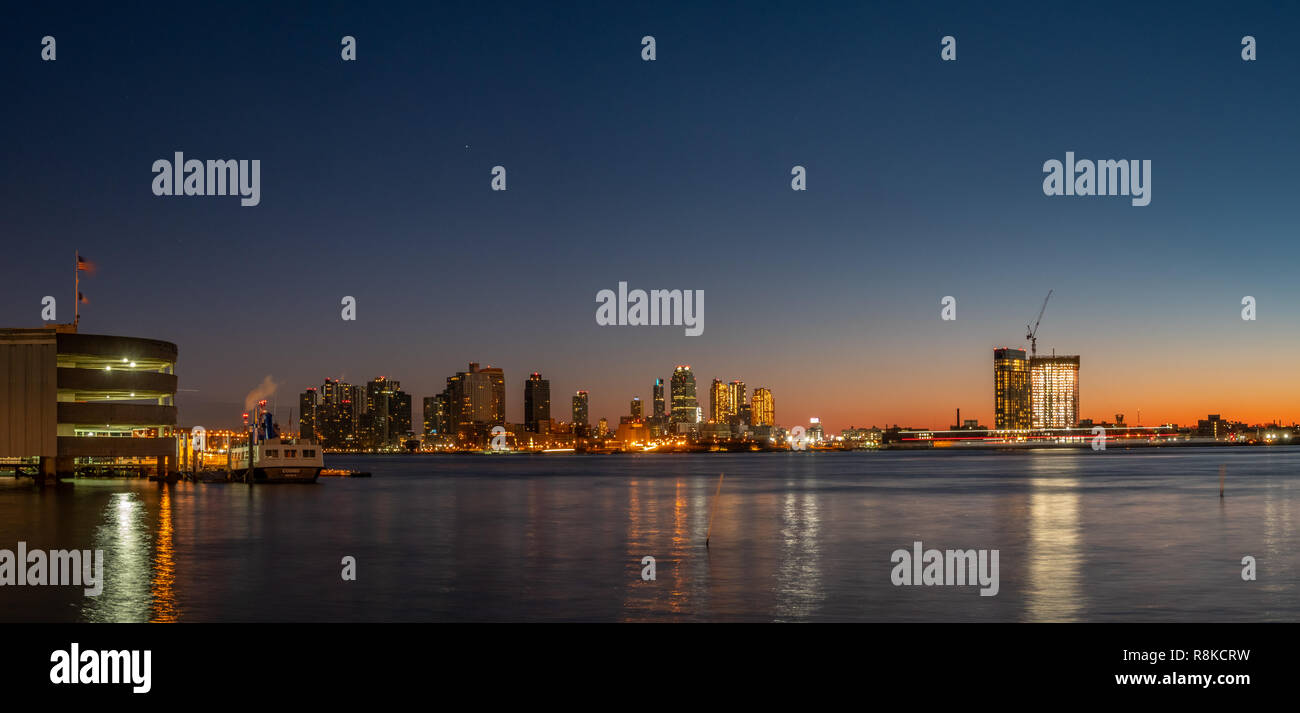 Centro cittadino di Long Island all'alba con imbarcazioni di grandi dimensioni sull'East River Immagini Stock