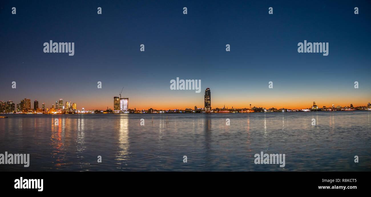 Vista del Long Island Skyline durante la mattina presto e cieli chiari Immagini Stock