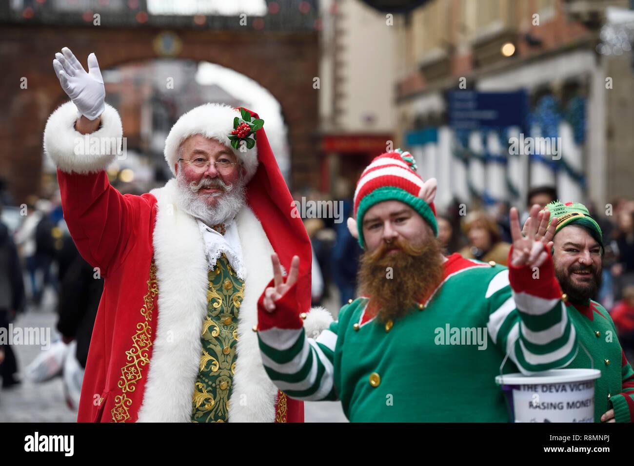 Babbo Natale E Gli Elfi.Chester Regno Unito 16 Dicembre 2018 Babbo Natale E Due Elfi