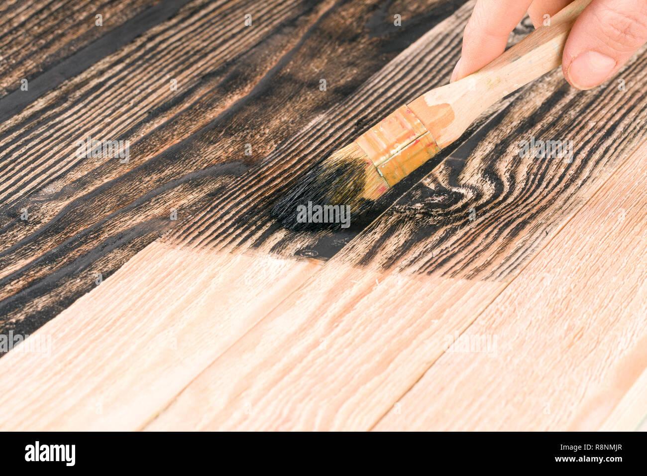 Colori Vernici Legno : Verniciatura pannello di legno spazzola di vernice di colore nero