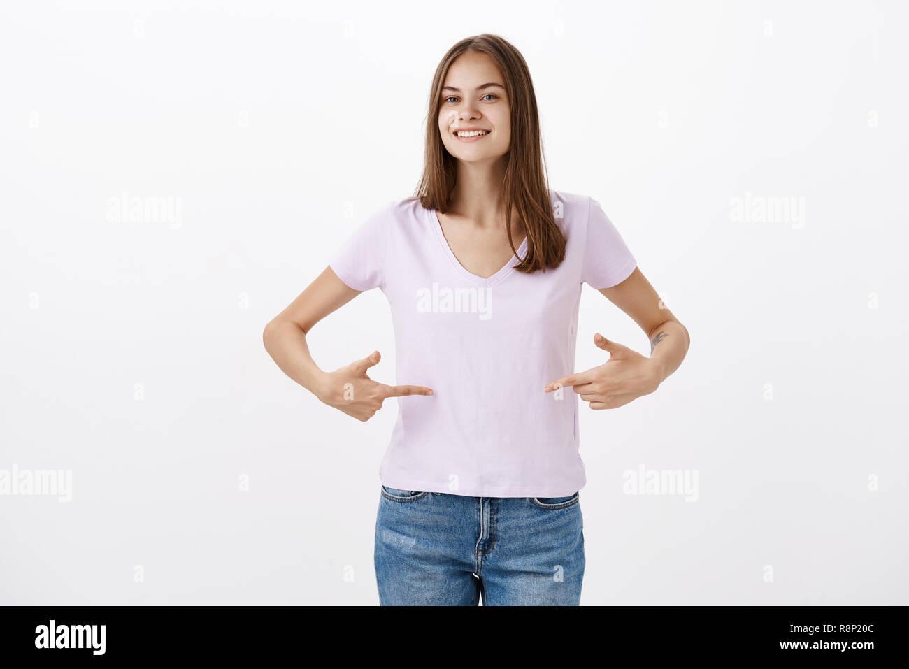 Carino giovani sportive fornendo consigli su come mantenersi in forma  sorridente guardando con gioia cordiale alla ae2c1fbf702d