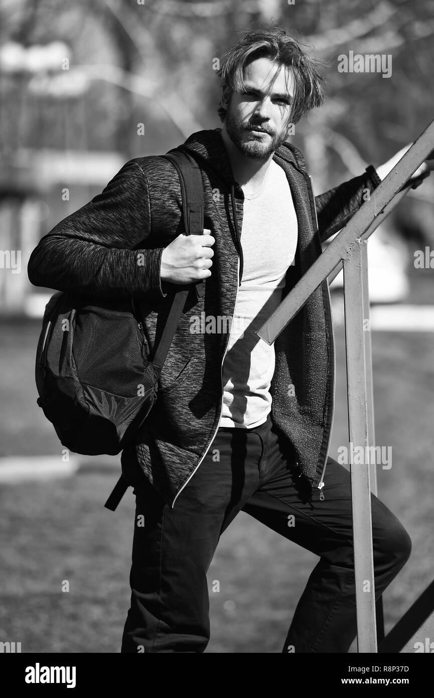 Concetto attivo. Uomo attivo con zaino outdoor. Attivo e uno stile di vita sano. Attivo come avete il coraggio di essere. Immagini Stock