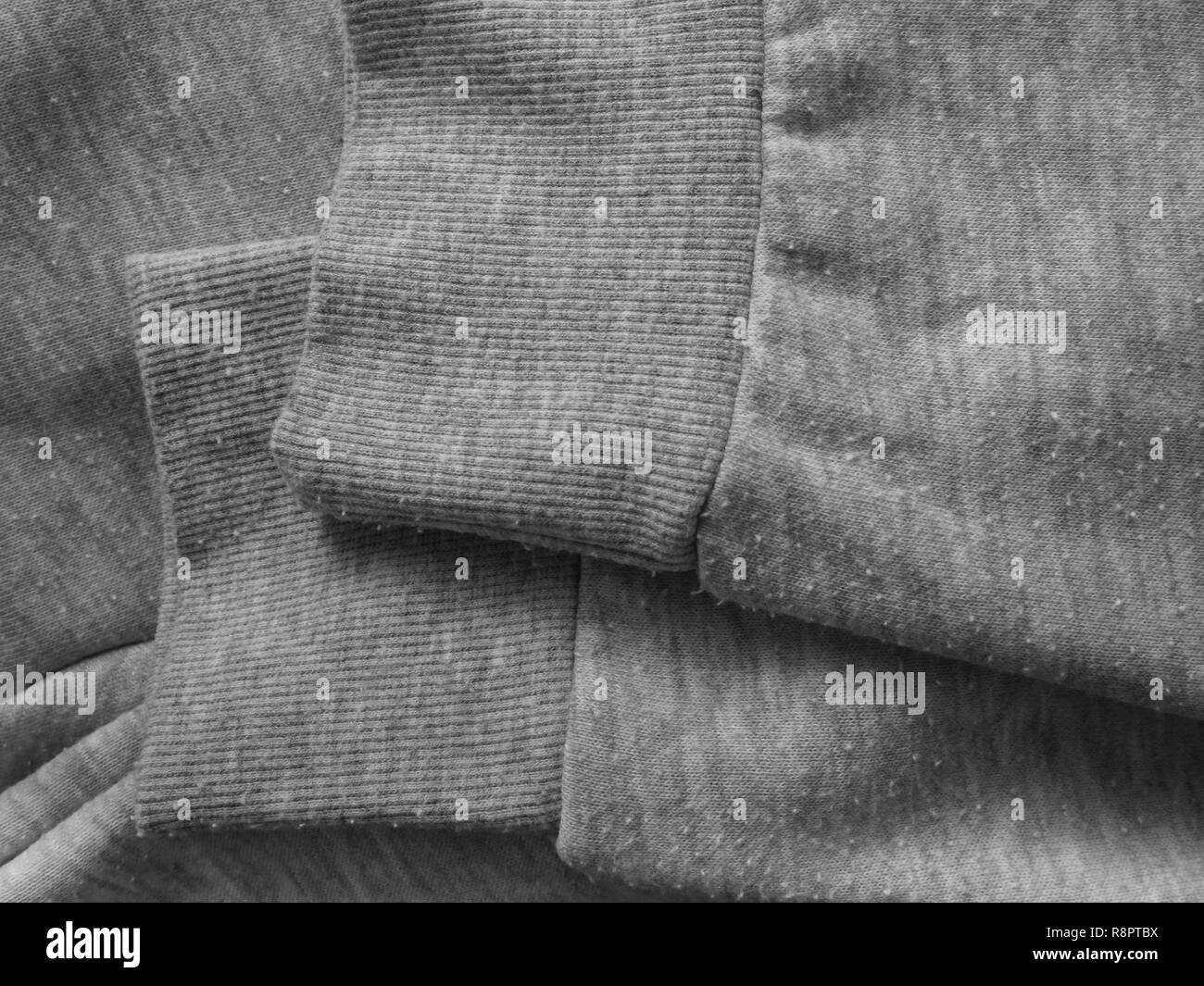 Pillole sul grigio erica Felpa cotone tessuto a maglia. Bobbles sulla maglieria. Immagini Stock