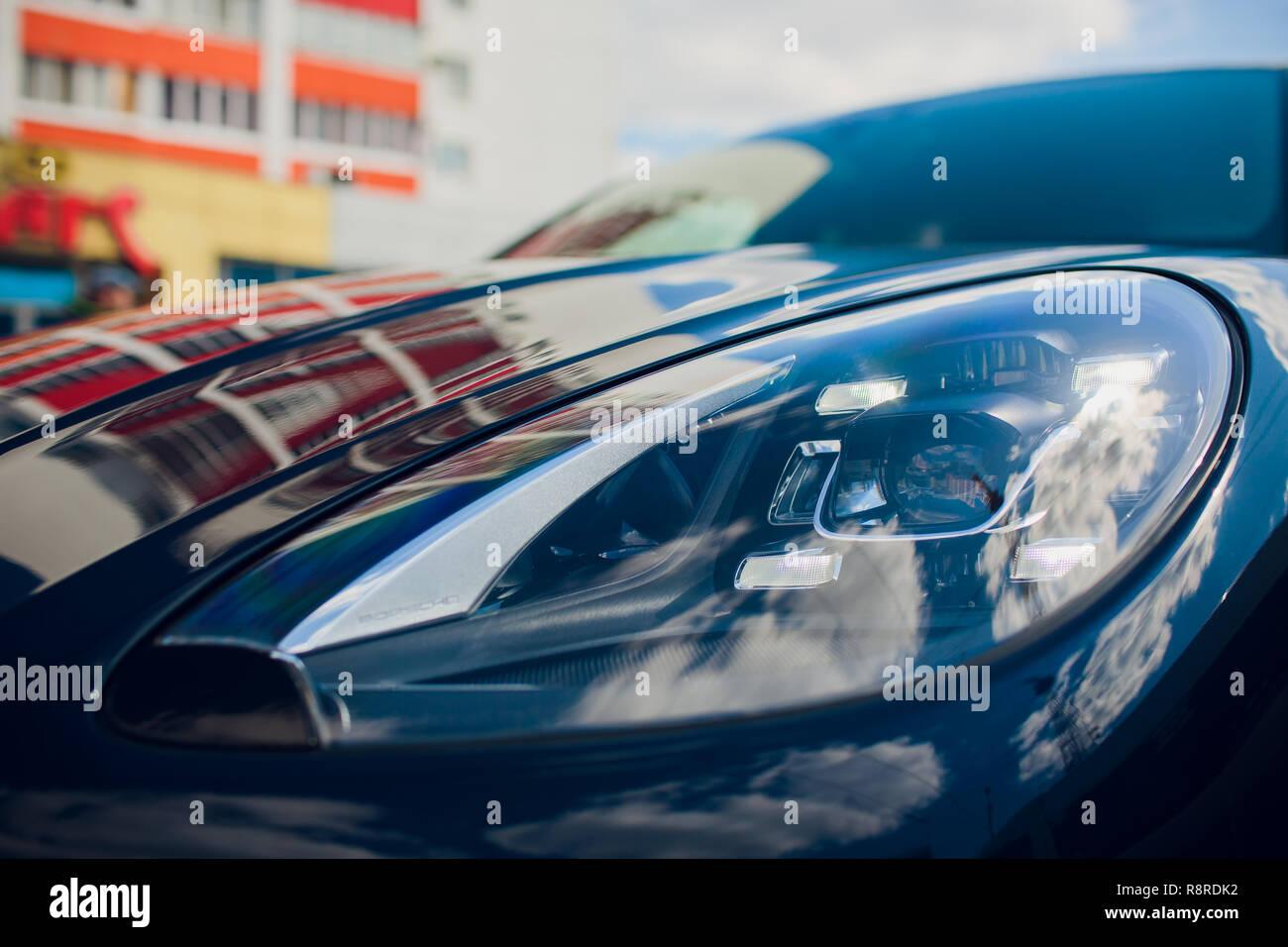 Faro anteriore, con riflessi lucenti auto corpo nero Foto Stock