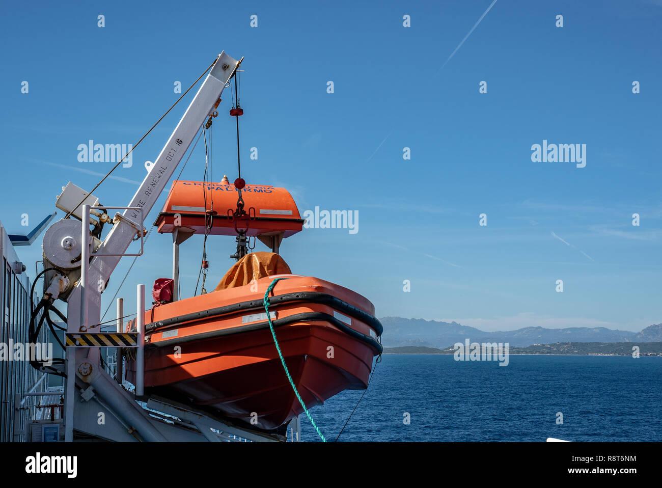 b1778b2e780aa3 Rosso la barca di salvataggio scialuppa di salvataggio si erge sul ponte di  una nave traghetto